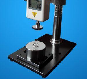 prova-di-compressione-con-dinamometro-e-stativo